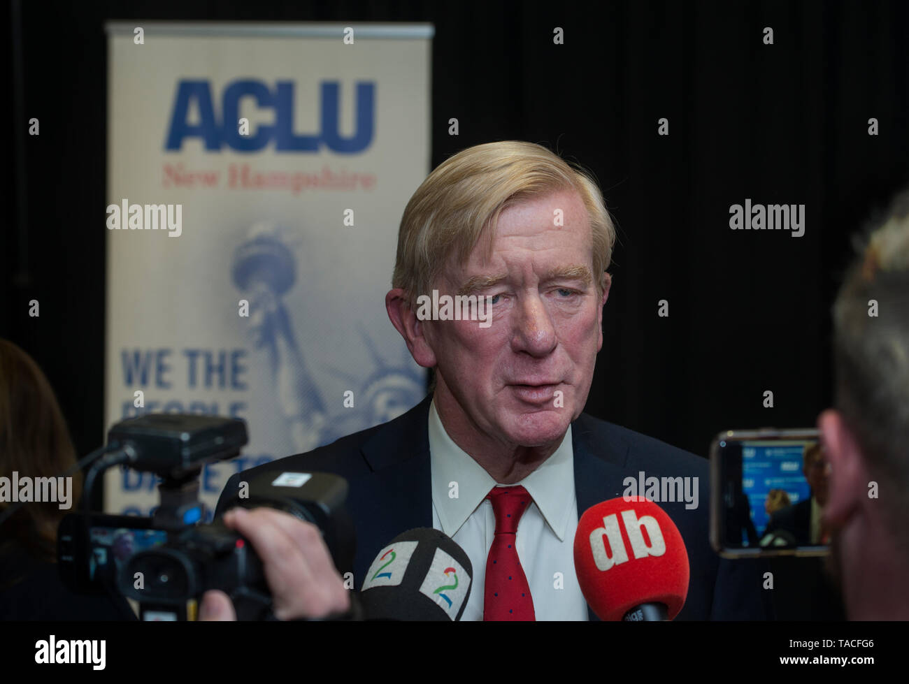 Concord, USA. 23rd May, 2019. Concord, NH, USA May 23 2019. Republican Presidential candidate and former Massachusetts Governor Bill Weld spoke to less than 100 people at the University of New Hampshire School of Law in Concord, NH. The event was organized by the New Hampshire American Civil Liberties Union (ACLU).  Photo shows Weld speaking with media after event. Credit: Chuck Nacke/Alamy Live News - Stock Image