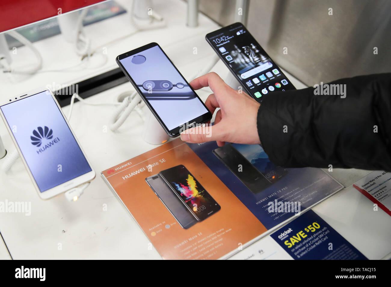 Beijing, USA  22nd Mar, 2018  A customer tries a Huawei