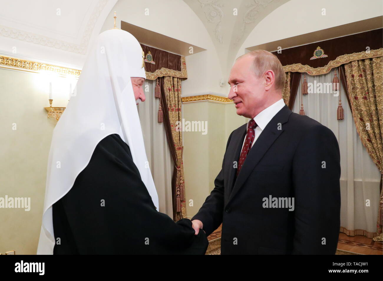 Moscow, Russia. 24th May, 2019. MOSCOW, RUSSIA - MAY 24, 2019: Patriarch Kirill (L) of Moscow and All Russia and Russia's President Vladimir Putin shake hands during a meeting at the Moscow Kremlin. Mikhail Klimentyev/Russian Presidential Press and Information Office/TASS Credit: ITAR-TASS News Agency/Alamy Live News - Stock Image