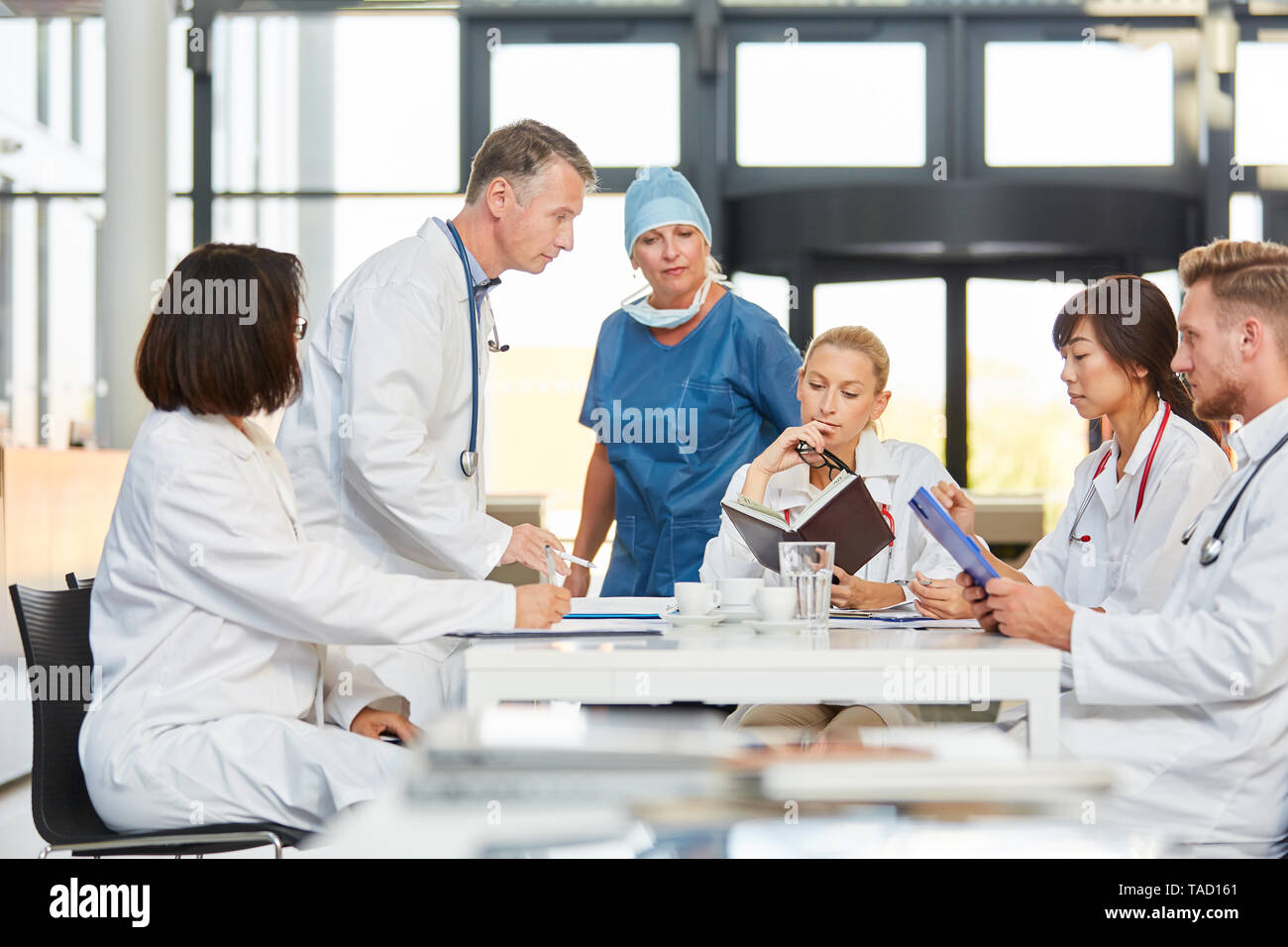 Hospital medical team scheduling with calendar in a meeting - Stock Image