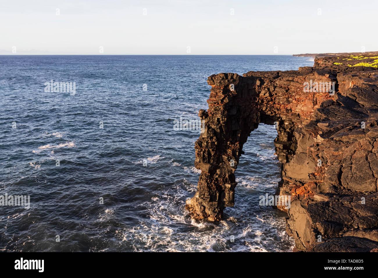 USA, Hawaii, Big Island, Volcanoes National Park, Pacific Ocean, Holei Sea Arch Stock Photo