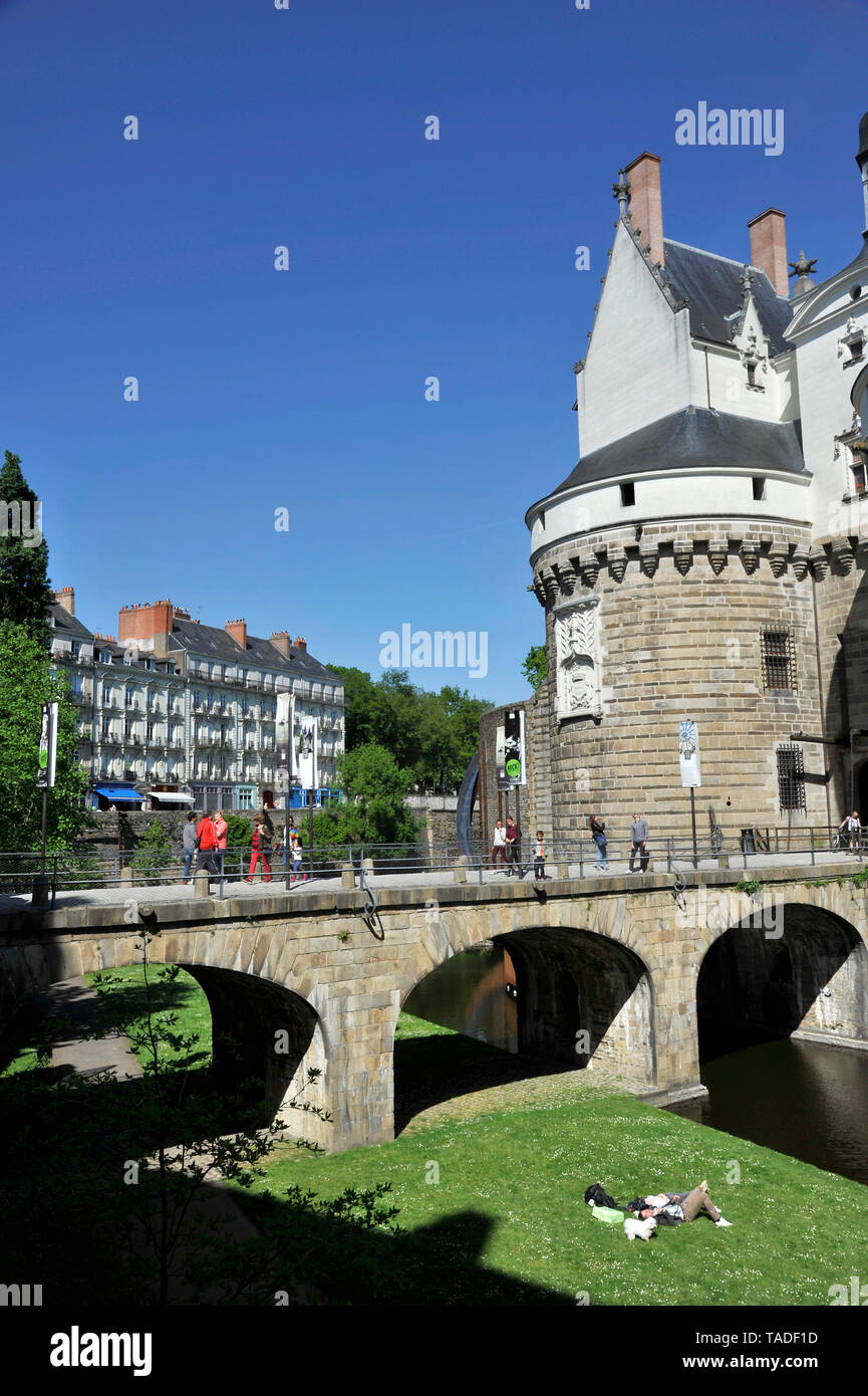 "Nantes (north-western France): bridge stretching across the moats at the entrance to the ""Chateau des ducs de Bretagne"" (Castle of the Dukes of Britta - Stock Image"
