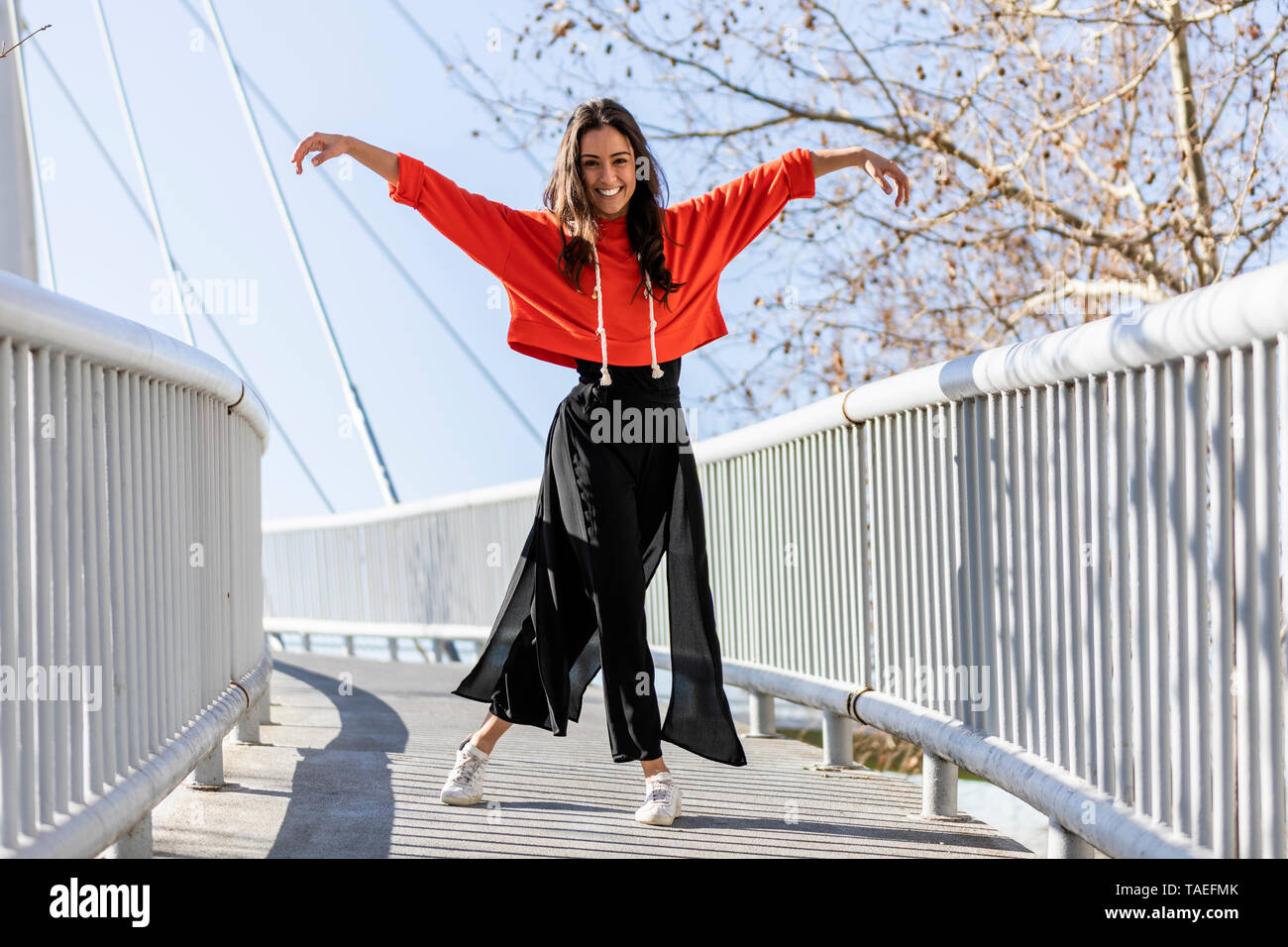 Young contemporary dancer on a footbridge - Stock Image