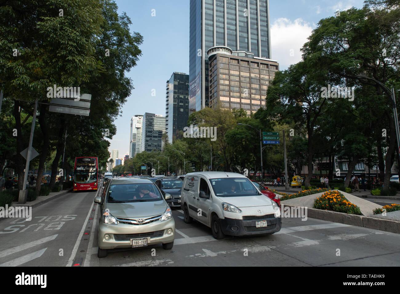 Am Paseo de la Reforma in Mexiko-Stadt befinden sich moderne Glastürme, in denen internationale Unternehmen Büros wie das amerikanische Unternehmen We - Stock Image