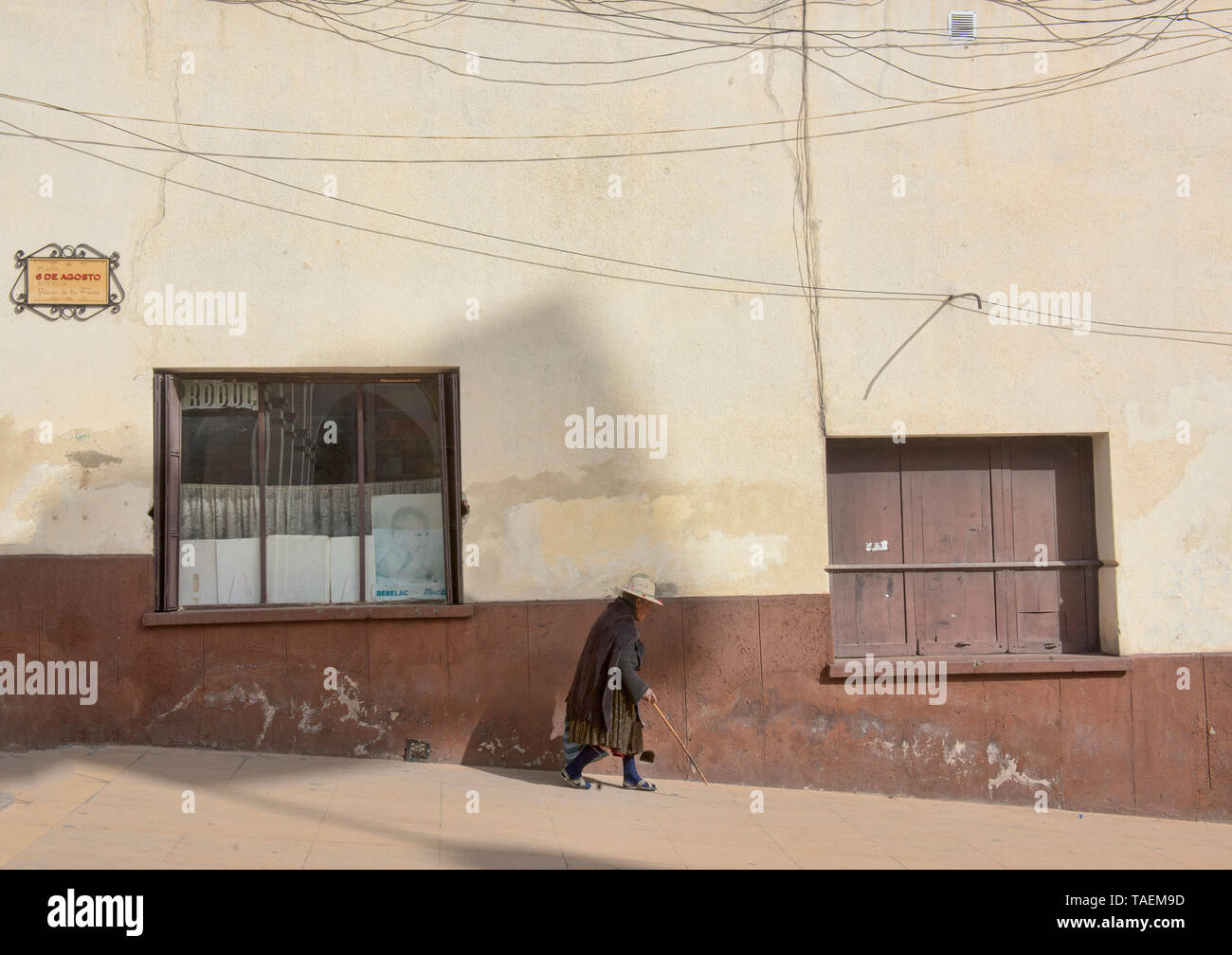 Old woman walking with a cane in colonial Potosí, Bolivia - Stock Image