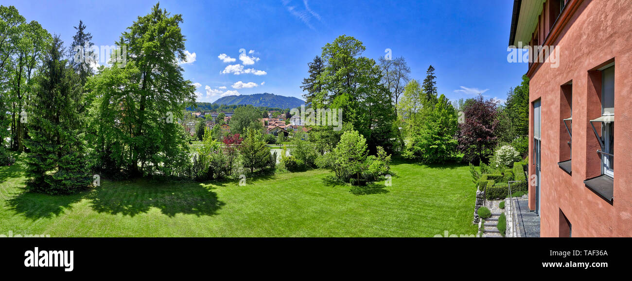 DE - BAVARIA: Private garden scene in the Isartal at Bad Toelz with Blomberg mountain in background - Stock Image