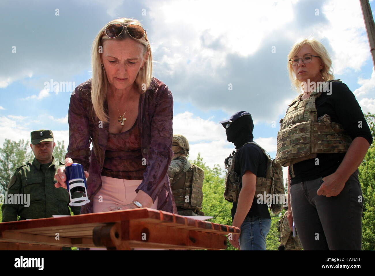 Ukraine. 24th May, 2019. LUGANSK REGION, UKRAINE - MAY 24, 2019: Olga Kobtseva representing the Lugansk People's Republic in the humanitarian subgroup of the Trilateral Contact Group on Ukraine, and Lyudmyla Denisova (L-R front), Ukraine's Commissioner for Human Rights, meet as the republic transfers 60 prisoners convicted before the 2014 Ukrainian crisis, to Ukraine. Alexander Reka/TASS Credit: ITAR-TASS News Agency/Alamy Live News - Stock Image
