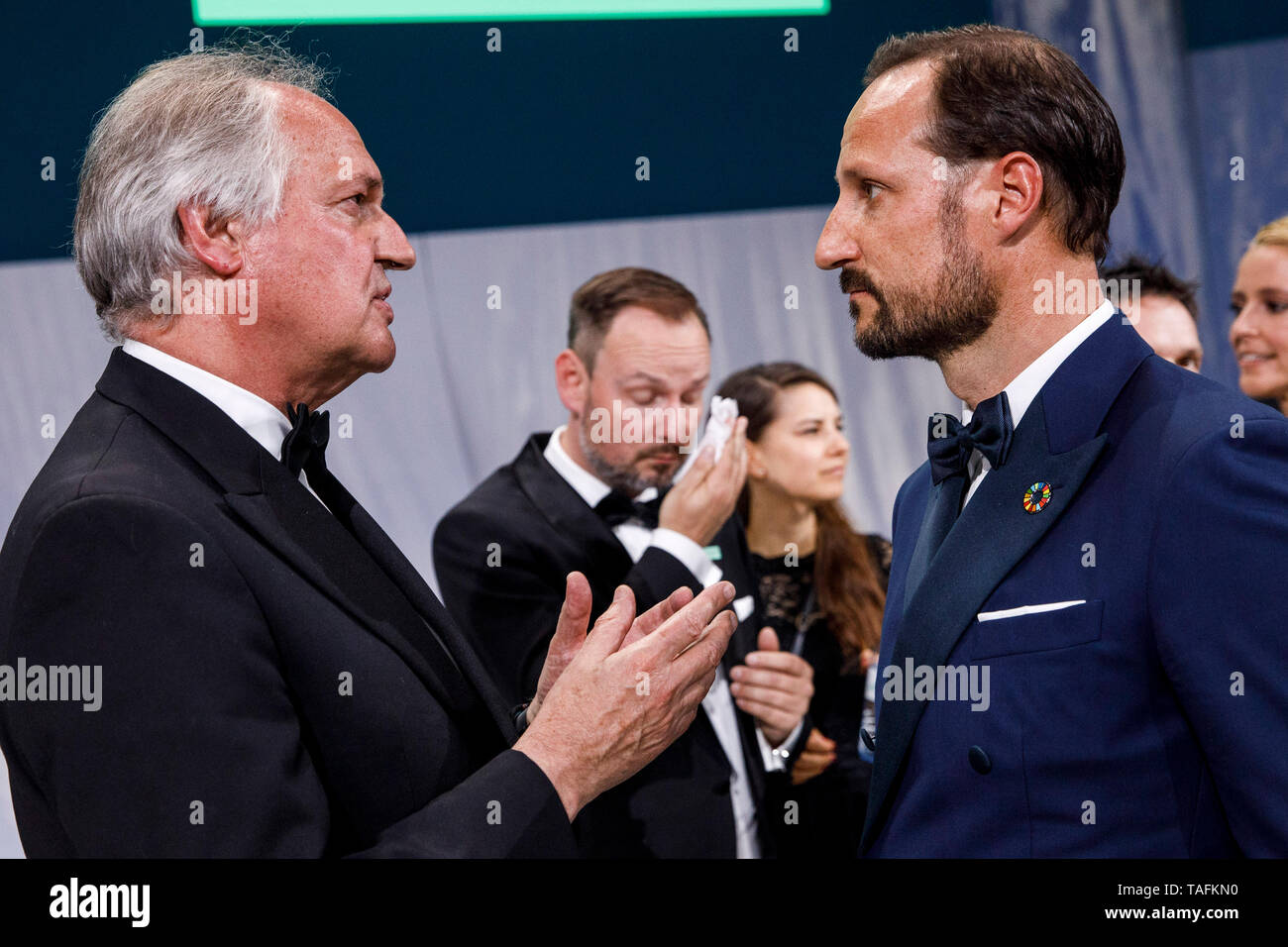 Berlin, Germany. 24th May, 2019. Crown Prince Haakon of Norway (r) talks to Unilever CEO Paul Polman (l) at the Green Awards Gala. The trophies will be awarded during the Greentech Festival. Credit: Carsten Koall/dpa/Alamy Live News - Stock Image