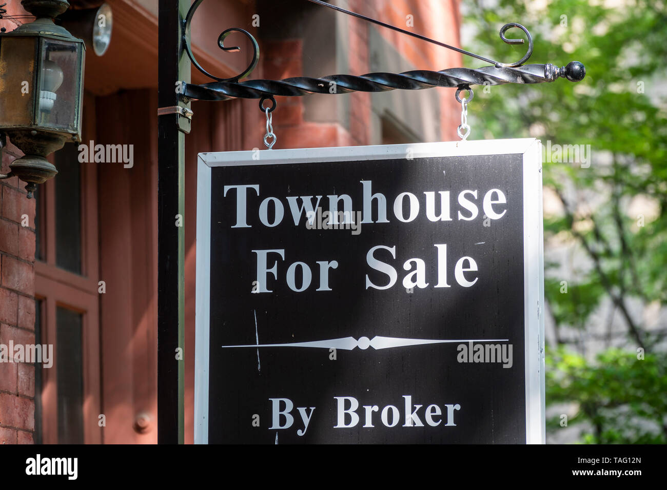 Townhouse for sale on Cranberry Street in the Brooklyn Heights neighborhood of New York on Sunday, May 19, 2019. (© Richard B. Levine) - Stock Image