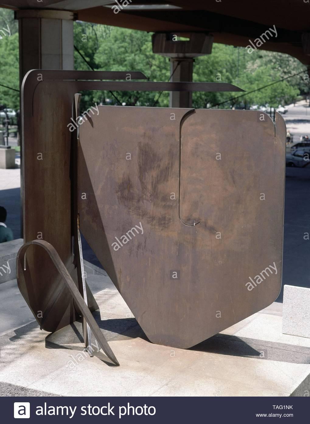 PROYECTO PARA UN MONUMENTO IV B - 1978 - ACERO - 210x188x215 (9). Author: PABLO PALAZUELO. Location: MUSEO AL AIRE LIBRE DE LA CASTELLANA. MADRID. SPAIN. - Stock Image