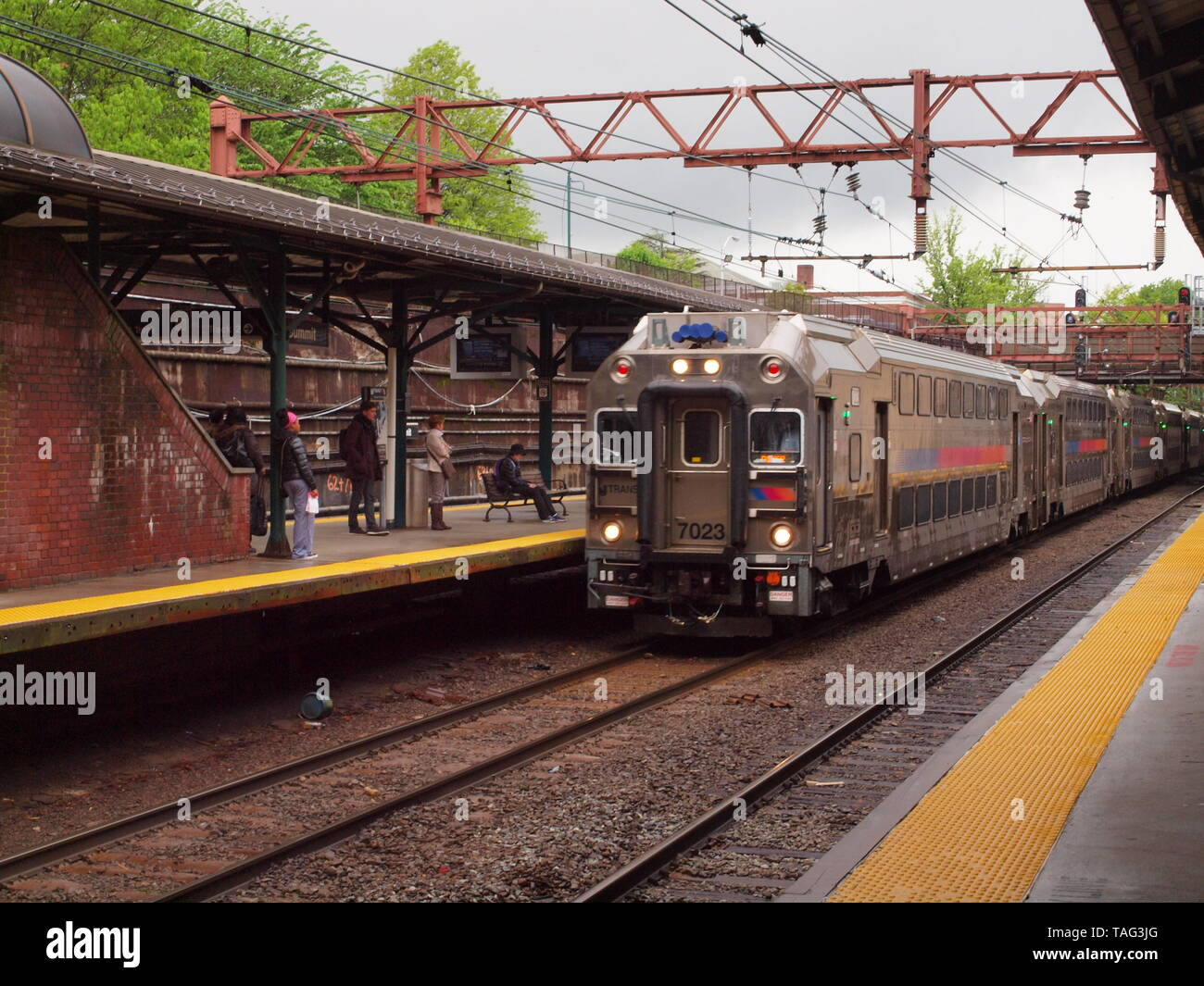 New Jersey Transit eastbound train at the Summit NJ station. Modern double decker passenger cars. - Stock Image