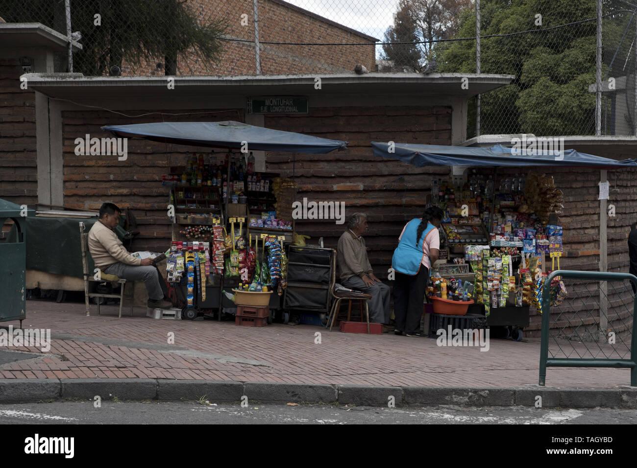 hawker waiting for clients in Quito in Ecuador.  Straßenhändler warten in Quito in Ecuador auf Kunden. - Stock Image