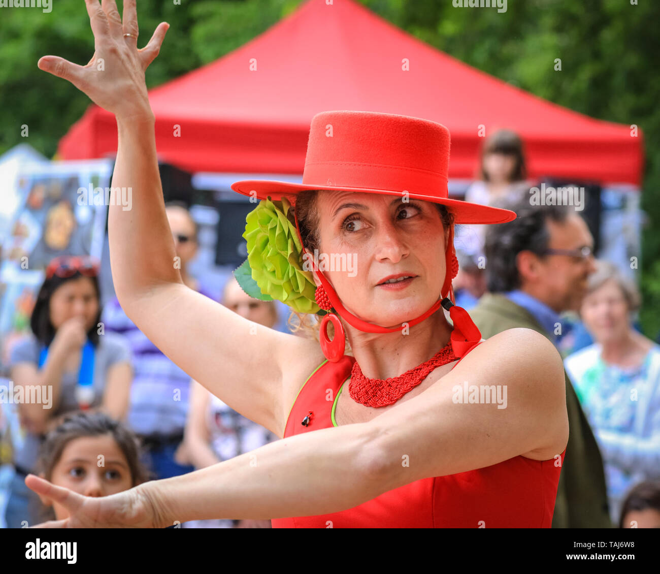 South Bank, London, UK - 25th May 2019. Spectators and dance enthusiasts meet with dancers from the Illusion Flamenco School in London for some flamenco dancing. The Feria de Londres is a free festival on London's South Bank presenting Spanish culture, dance, music, wine and food from May 24-26. Credit: Imageplotter/Alamy Live News - Stock Image