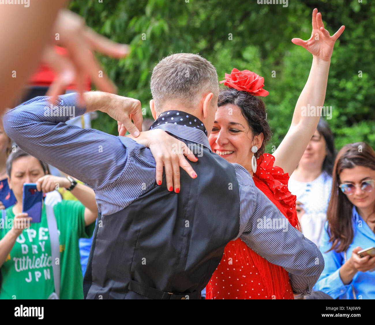 South Bank, London, UK - 25th May 2019. A passionate flamenco pairing. Spectators and dance enthusiasts meet with dancers from the Illusion Flamenco School in London for some flamenco dancing. The Feria de Londres is a free festival on London's South Bank presenting Spanish culture, dance, music, wine and food from May 24-26. Credit: Imageplotter/Alamy Live News - Stock Image