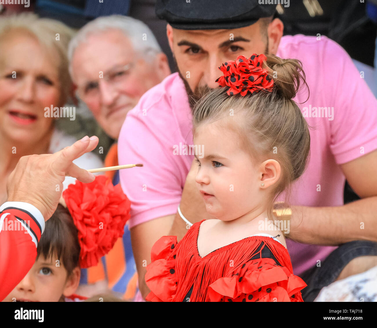 South Bank, London, UK - 25th May 2019. Sevilla based Flamenco dancer and teacher El Torombo teaches young children various flamenco movements, including a hand movement learned by holding a simple paint brush. The Feria de Londres is a free festival on London's South Bank presenting Spanish culture, dance, music, wine and food from May 24-26. Credit: Imageplotter/Alamy Live News - Stock Image