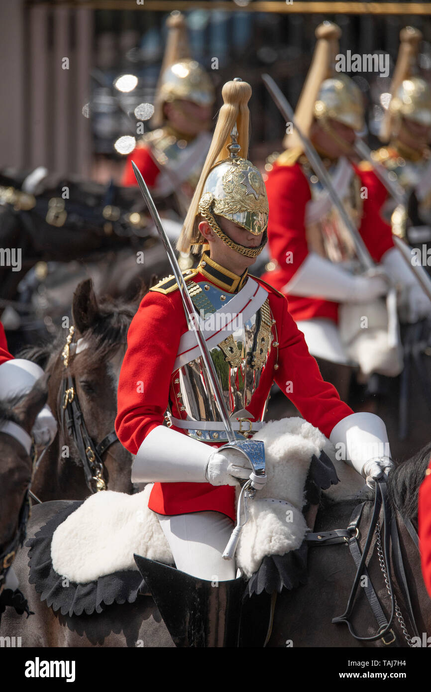The Mall, London, UK. 25th May 2019. Household Cavalry troops of the Life Guards outside Buckingham Palace preparing for the first of two formal Reviews before Trooping the Colour on 8th June 2019. Credit: Malcolm Park/Alamy Live News. Stock Photo