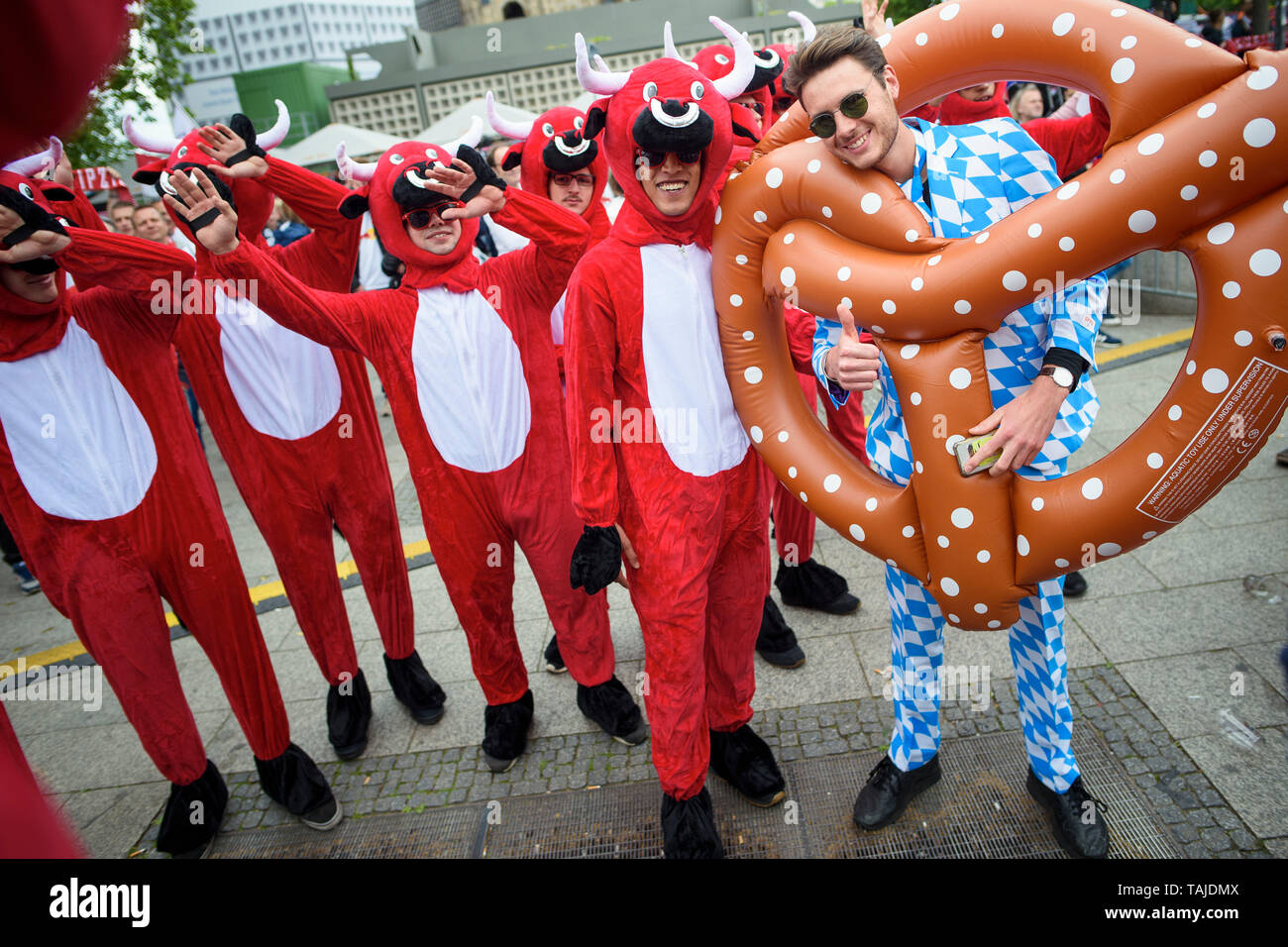 Berlin, Germany. 25th May, 2019. Football, DFB Cup Final RB Leipzig - FC Bayern Munich. Disguised fans of RB Leipzig meet before the game at a fan party on the Breitscheidplatz. Credit: Gregor Fischer/dpa/Alamy Live News - Stock Image