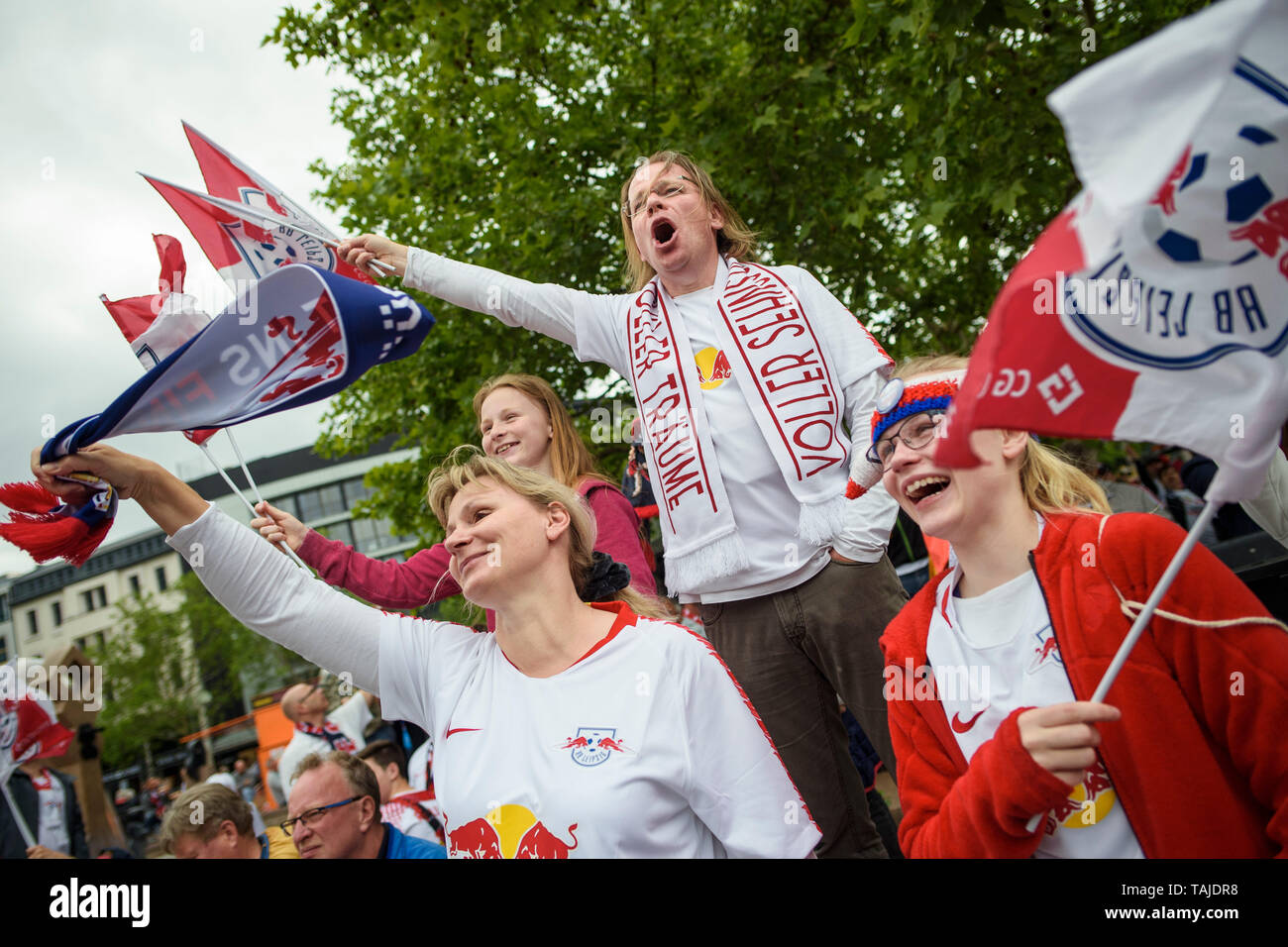 Berlin, Germany. 25th May, 2019. Football, DFB Cup Final RB Leipzig - FC Bayern Munich. Fans of RB Leipzig meet before the match on the Breitscheidplatz and sing the club anthem together. Credit: Gregor Fischer/dpa/Alamy Live News - Stock Image