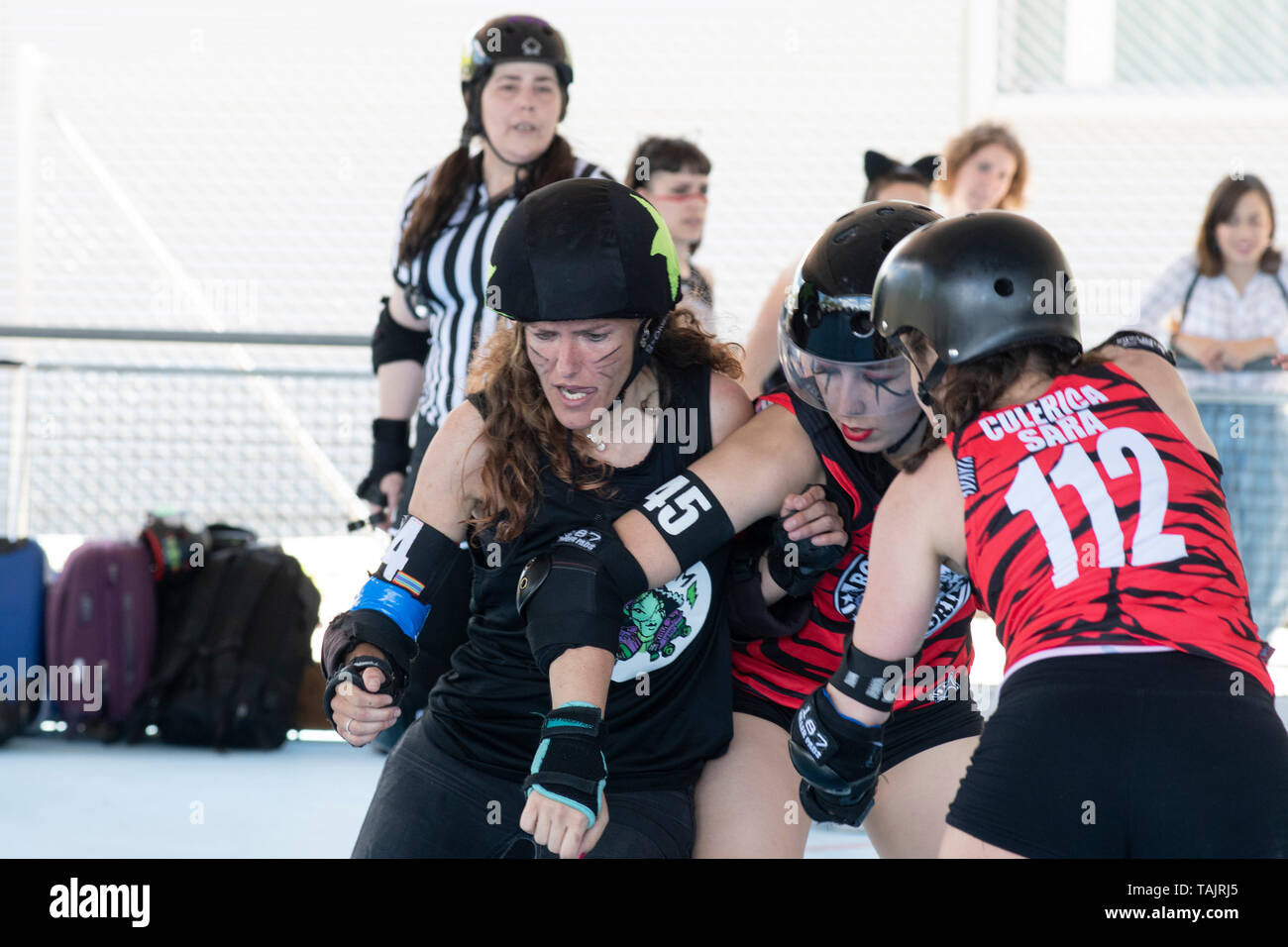 Madrid, Spain. 25th May, 2019. Jammer of Frankensteam, Rata, fighting with two players of Roller Derby Madrid B. - Stock Image
