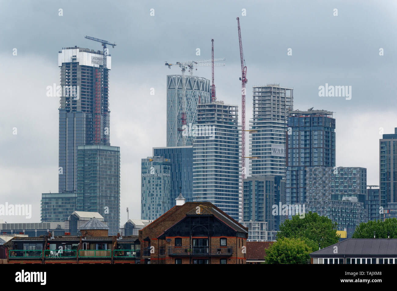 LONDON ISLE OF DOGS SKYSCRAPERS OF CANARY WHARF SHOWING CONTINUOUS BUILDING DEVELOPMENT - Stock Image