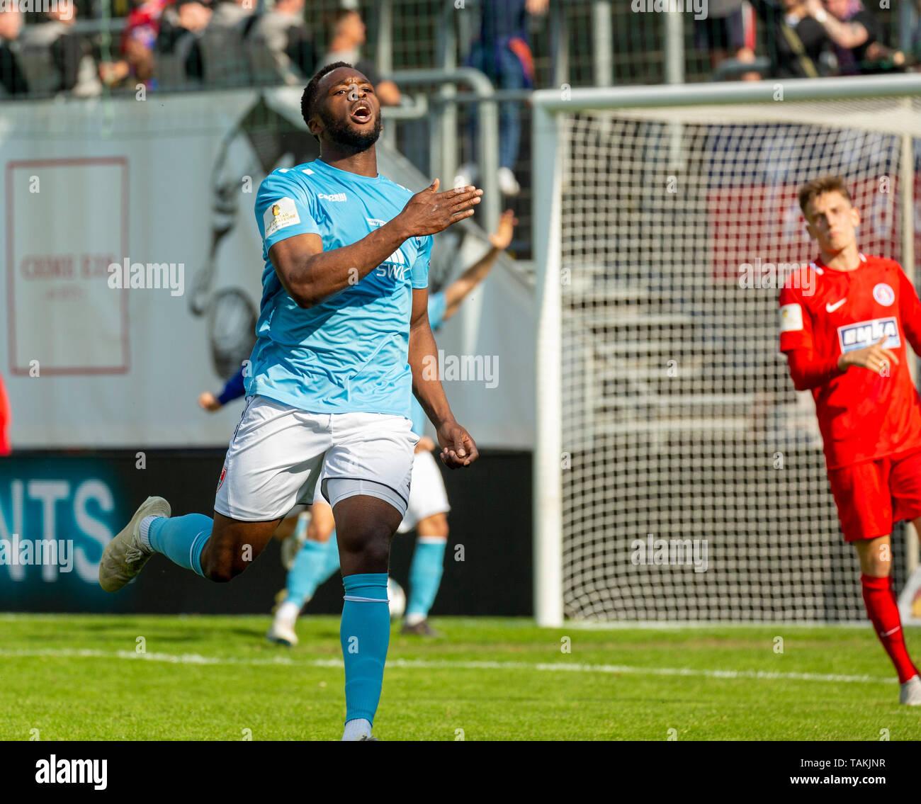 Sport, Fussball, Reviersport Niederrheinpokal, 2018/2019, Finale, Wuppertaler SV vs. KFC Uerdingen 1-2, Stadion Am Zoo in Wuppertal, Siegtor zum 1-2, Torjubel von Torschuetze Osayamen Osawe (KFC), sports, football, Lower Rhine Cup, 2018/2019, final, Wuppertaler SV vs. KFC Uerdingen 1-2, Stadium Am Zoo in Wuppertal, 1-2 winning goal, goal scorer Osayamen Osawe (KFC) rejoicing *** Local Caption *** sports, football, Lower Rhine Cup, 2018/2019, final, Wuppertaler SV vs. KFC Uerdingen 1-2, Stadium Am Zoo in Wuppertal, 1-2 winning goal, goal scorer Osayamen Osawe (KFC) rejoicing - Stock Image