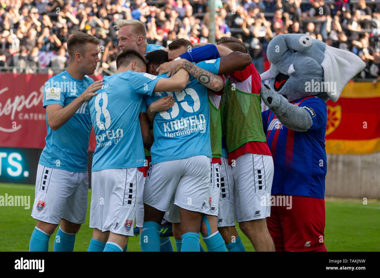 Sport, Fussball, Reviersport Niederrheinpokal, 2018/2019, Finale, Wuppertaler SV vs. KFC Uerdingen 1-2, Stadion Am Zoo in Wuppertal, Torjubel nach dem Siegtor zum 1-2, v.l.n.r. Connor Krempicki (KFC), Maurice Jerome Litka (KFC), Patrick Pfluecke (KFC), Torschuetze Osayamen Osawe (KFC), Maskottchen Grotifant, sports, football, Lower Rhine Cup, 2018/2019, final, Wuppertaler SV vs. KFC Uerdingen 1-2, Stadium Am Zoo in Wuppertal, rejoicing at the 1-2 winning goal, f.l.t.r. Connor Krempicki (KFC), Maurice Jerome Litka (KFC), Patrick Pfluecke (KFC), goal scorer Osayamen Osawe (KFC), mascot Grotifant - Stock Image