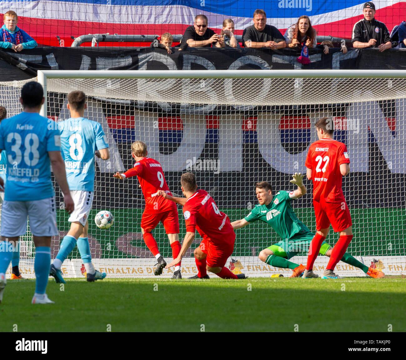 Sport, Fussball, Reviersport Niederrheinpokal, 2018/2019, Finale, Wuppertaler SV vs. KFC Uerdingen 1-2, Stadion Am Zoo in Wuppertal, Riesentorchance, v.l.n.r. Oguzhan Kefkir (KFC), Maurice Jerome Litka (KFC), Kevin Hagemann (WSV), Gino Windmueller (WSV), Torwart Rene Vollath (KFC), Peter Schmetz (WSV), sports, football, Lower Rhine Cup, 2018/2019, final, Wuppertaler SV vs. KFC Uerdingen 1-2, Stadium Am Zoo in Wuppertal, great opportunity, f.l.t.r. Oguzhan Kefkir (KFC), Maurice Jerome Litka (KFC), Kevin Hagemann (WSV), Gino Windmueller (WSV), keeper Rene Vollath (KFC), Peter Schmetz (WSV) *** L - Stock Image