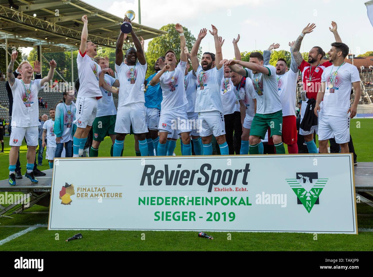 Sport, Fussball, Reviersport Niederrheinpokal, 2018/2019, Finale, Wuppertaler SV vs. KFC Uerdingen 1-2, Stadion Am Zoo in Wuppertal, Jubel nach dem Pokalsieg, Uerdinger Mannschaft mit dem Pokal, sports, football, Lower Rhine Cup, 2018/2019, final, Wuppertaler SV vs. KFC Uerdingen 1-2, Stadium Am Zoo in Wuppertal, rejoicing at the cup victory, Uerdingen team presenting the cup *** Local Caption *** sports, football, Lower Rhine Cup, 2018/2019, final, Wuppertaler SV vs. KFC Uerdingen 1-2, Stadium Am Zoo in Wuppertal, rejoicing at the cup victory, Uerdingen team presenting the cup - Stock Image
