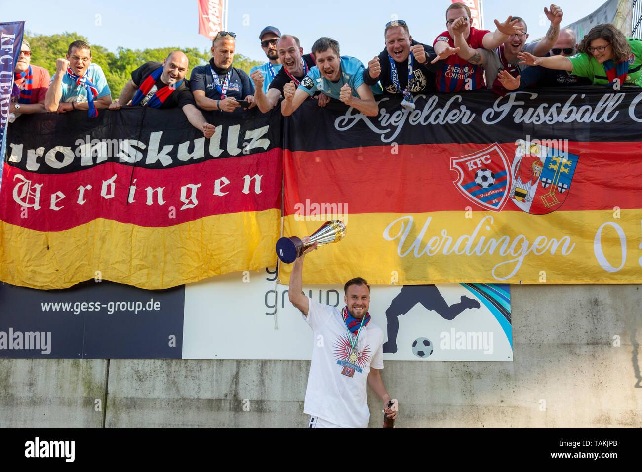 Sport, Fussball, Reviersport Niederrheinpokal, 2018/2019, Finale, Wuppertaler SV vs. KFC Uerdingen 1-2, Stadion Am Zoo in Wuppertal, Jubel nach dem Pokalsieg, Uerdinger Fussballfans und Kevin Grosskreutz (KFC) mit dem Pokal, sports, football, Lower Rhine Cup, 2018/2019, final, Wuppertaler SV vs. KFC Uerdingen 1-2, Stadium Am Zoo in Wuppertal, rejoicing at the cup victory, Uerdingen football fans and Kevin Grosskreutz (KFC) presenting the cup *** Local Caption *** sports, football, Lower Rhine Cup, 2018/2019, final, Wuppertaler SV vs. KFC Uerdingen 1-2, Stadium Am Zoo in Wuppertal, rejoicing at - Stock Image