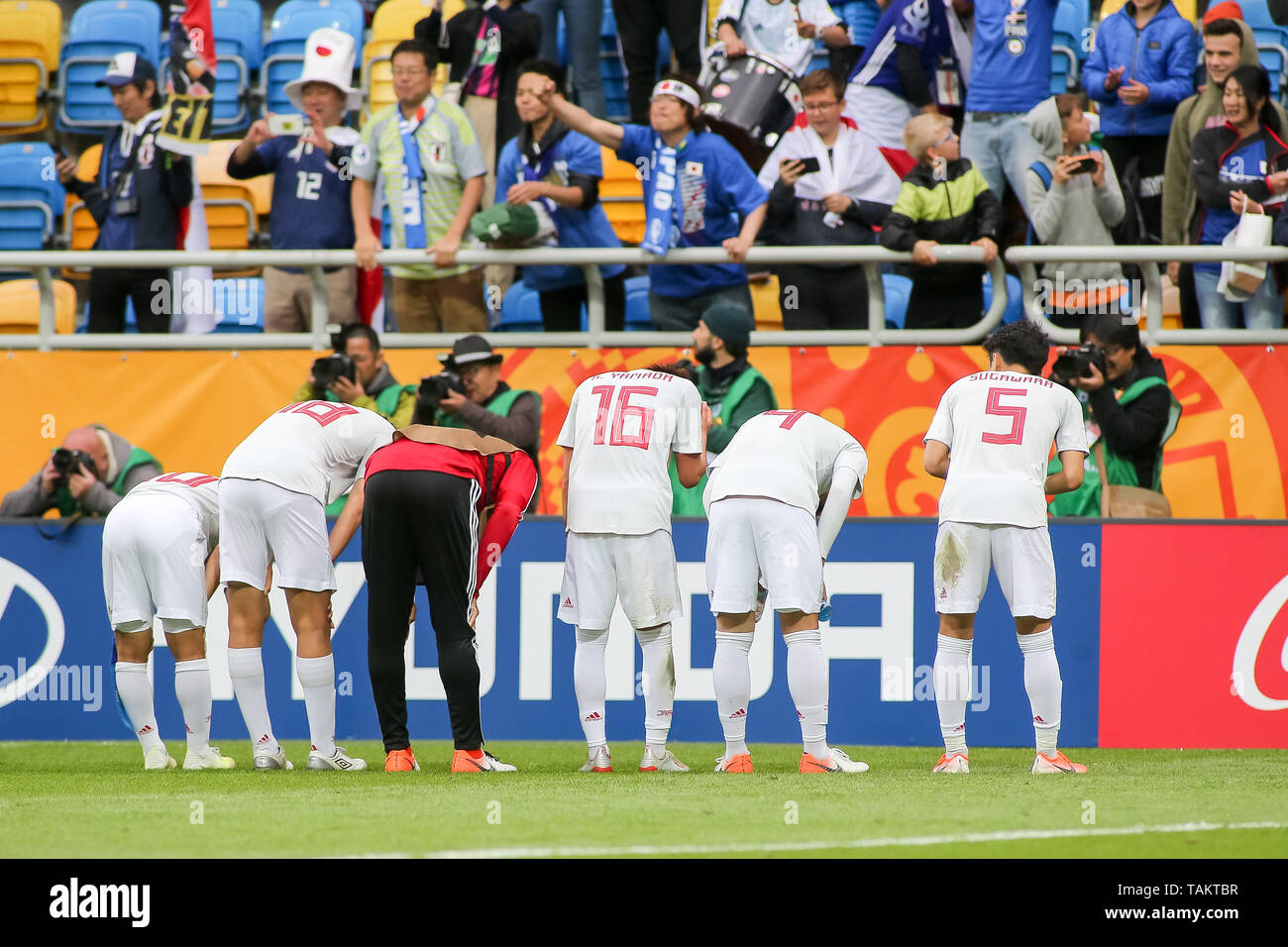 Gdynia Stadium, Gdynia, Poland - 26th May, 2019: Mitsuki Saito (c), Taichi Hara, Kota Yamada, Ayumu Seko, Yukinari Sugawara from Japan are seen bowing in front of Japan fans after FIFA U-20 World Cup match between Mexico and Japan (GROUP B) in Gdynia. (Final score; Mexico 0:3 Japan) - Stock Image