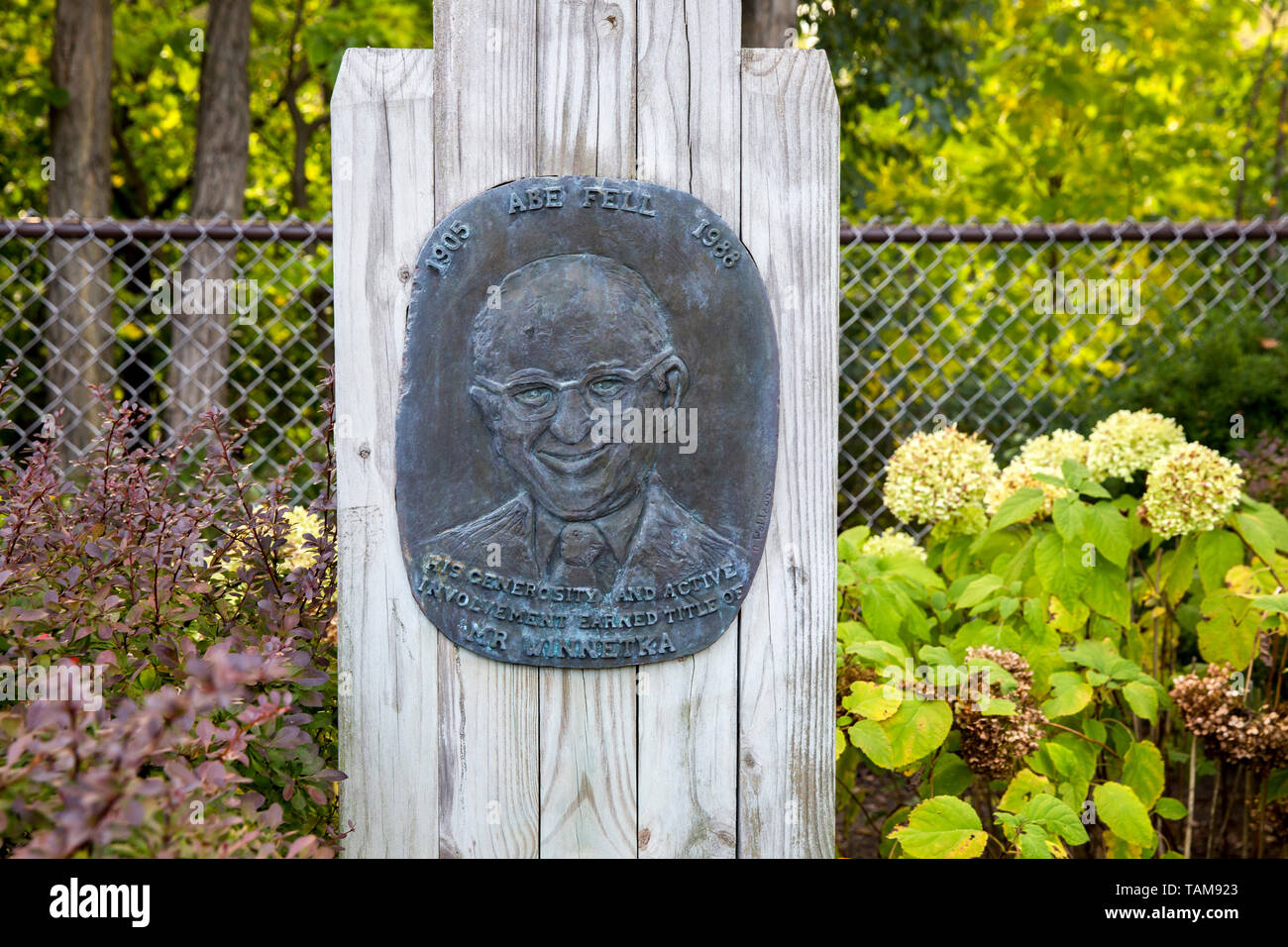 Bronze plaque in memory of local businessman Abe Fell (1905-1988) in Winnetka, Illinois.  Statement: His generosity and active involvement earned titl - Stock Image