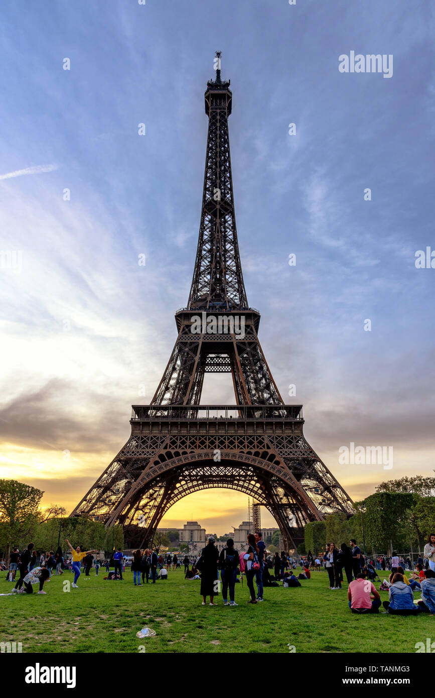 The Eiffel Tower at dusk before the lights are turned on - Stock Image