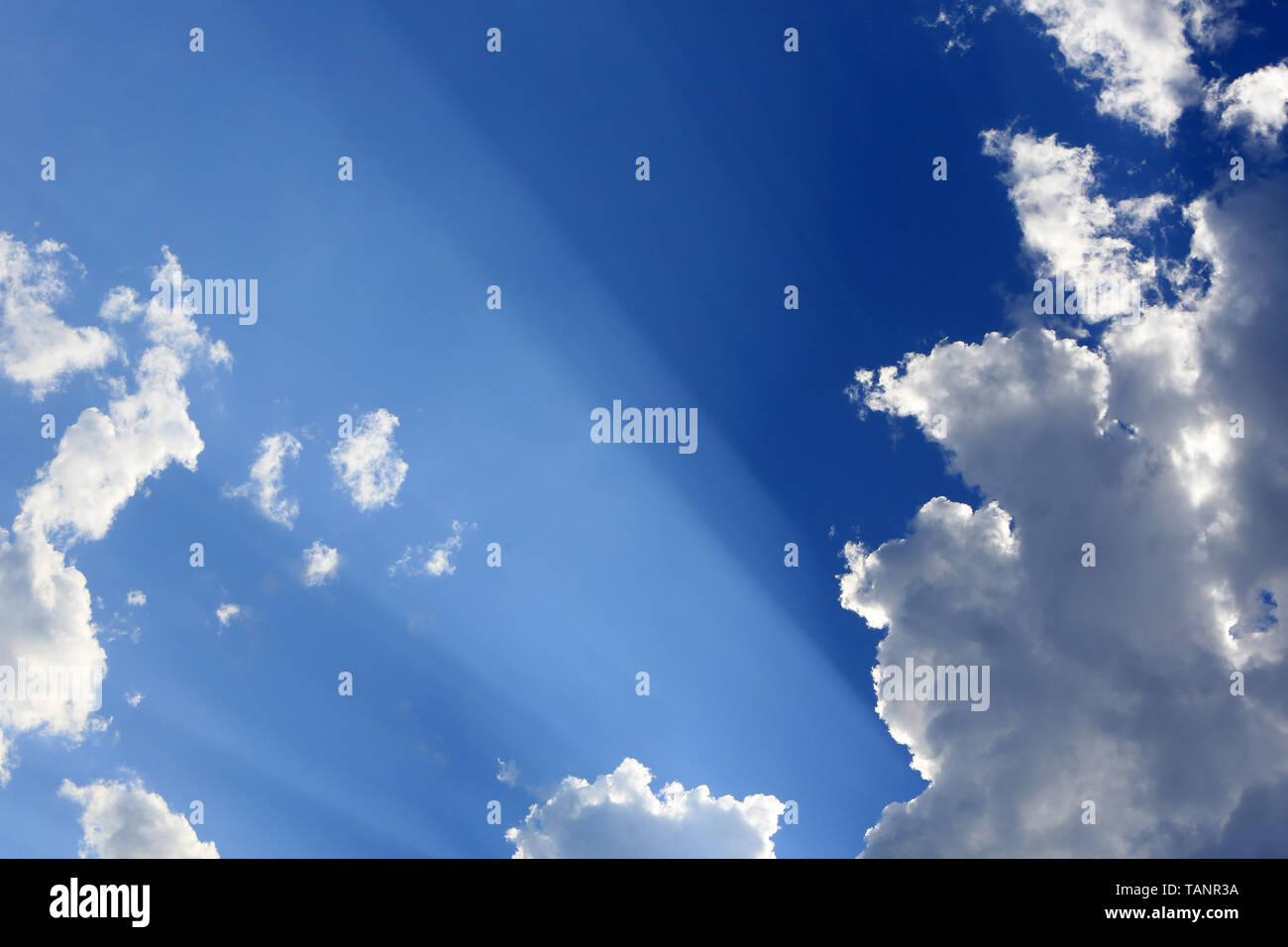 Rayons de soleil à travers les nuages. - Stock Image