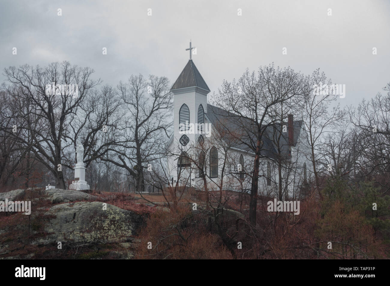 Quaint little white church overlooking a frozen lake in Rockport, Cananda - Stock Image