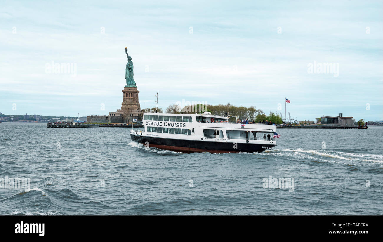 Usa New York May 2019 Ferry Boat Approaching The Statue