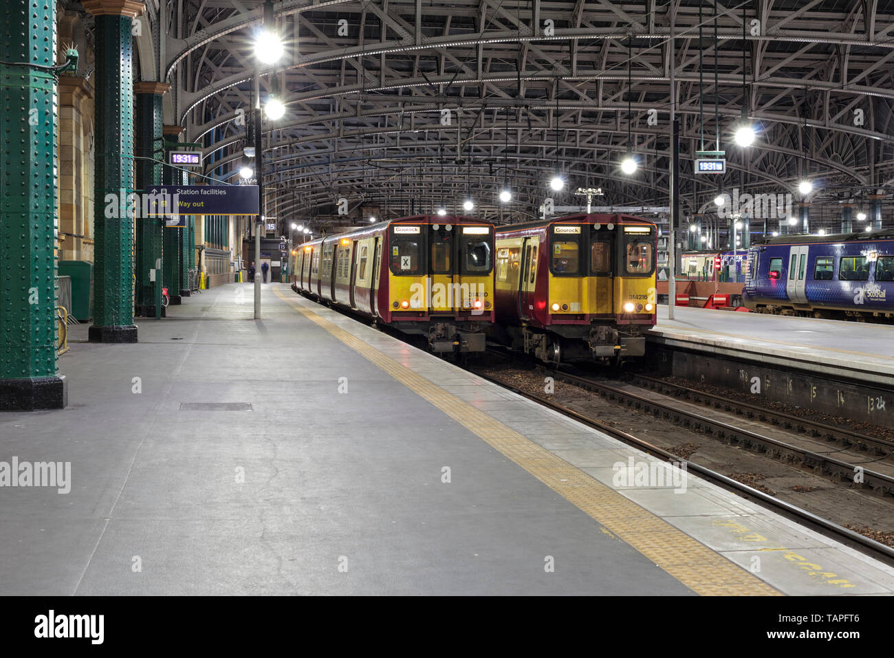Scotrail class 314's at Glasgow Central: 314210 1905 Paisley Canal to Glasgow Central (R) 314216 1936 Glasgow Central to Wemyss Bay (L) - Stock Image
