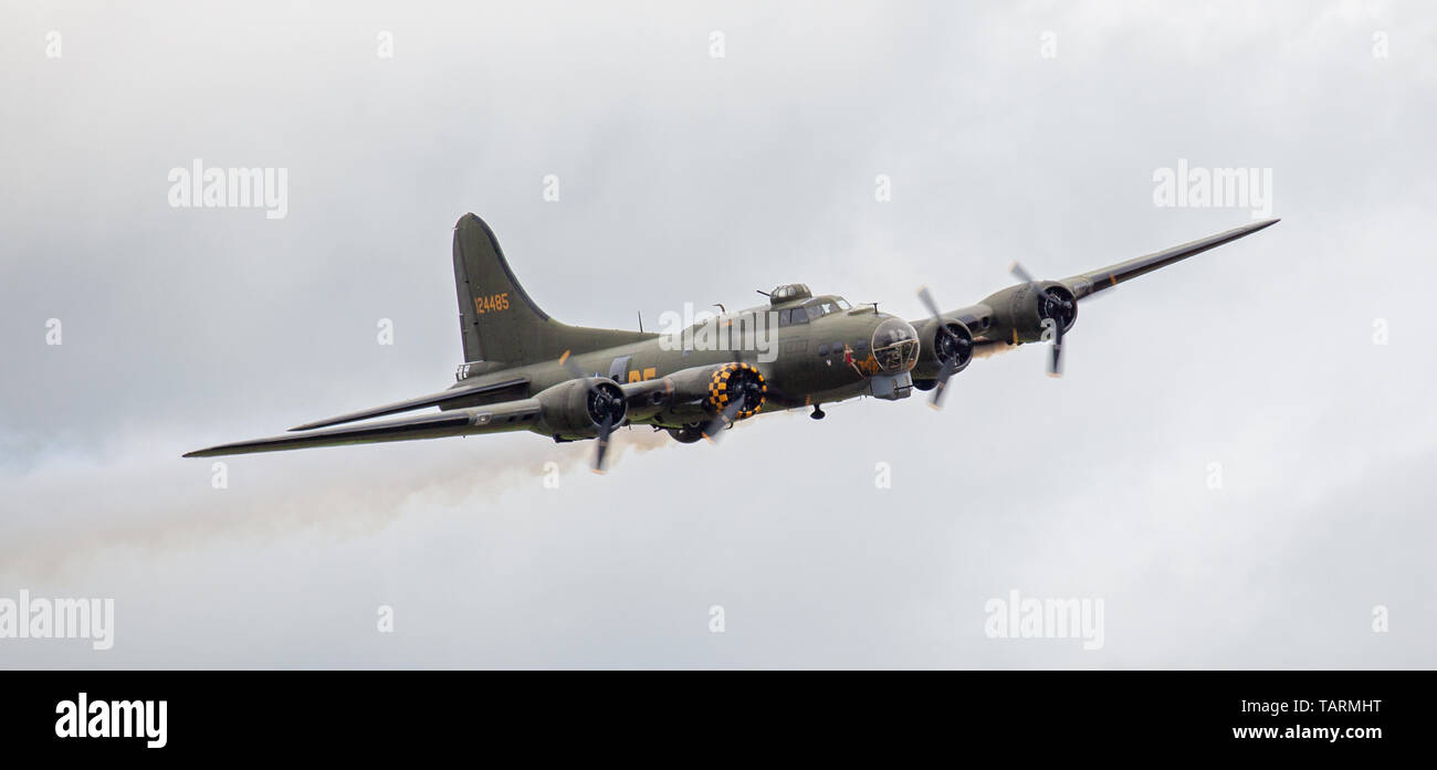 Boeing B-17 Flying Fortress G-BEDF in flight at Duxford Aerodrome Stock Photo