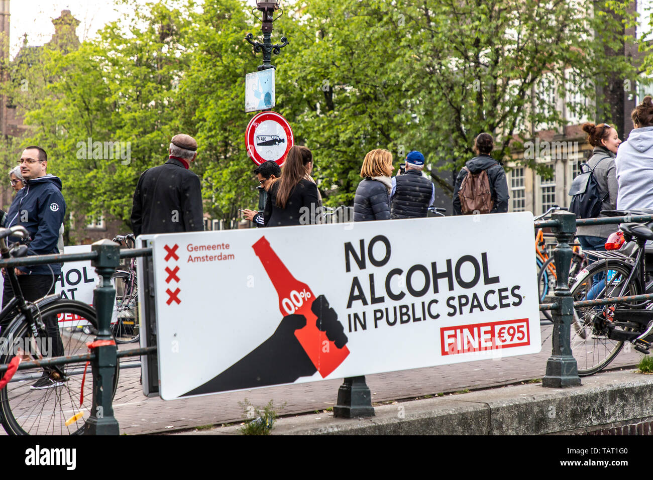 Sign for prohibition of alcohol in the old town of Amsterdam, Netherlands, outside gastronomy, 95 Euro penalty - Stock Image