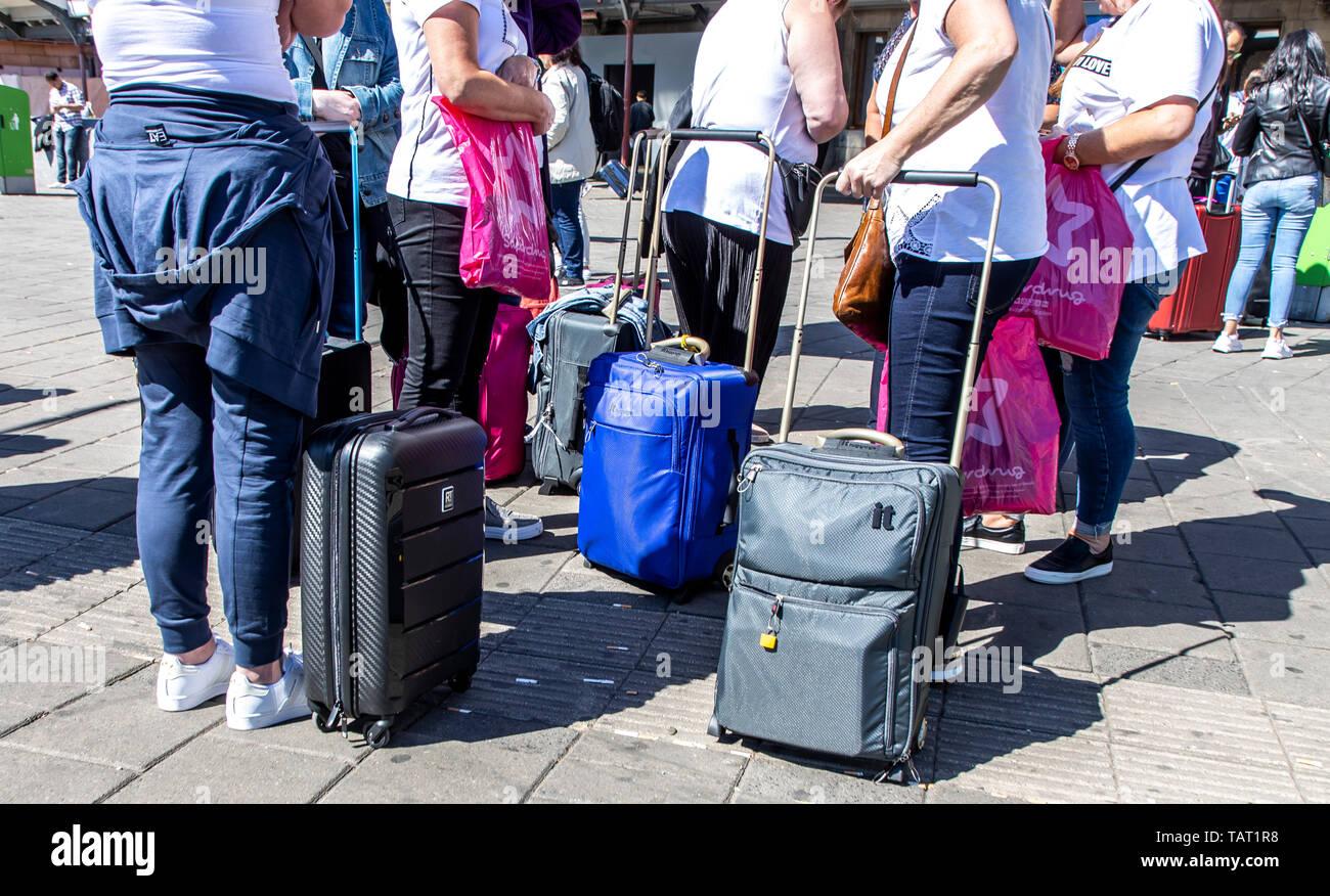 Touristen, Besucher mit Rollkoffern, auf dem Weg, vom, zum Bahnhof, Amsterdam Centraal, - Stock Image