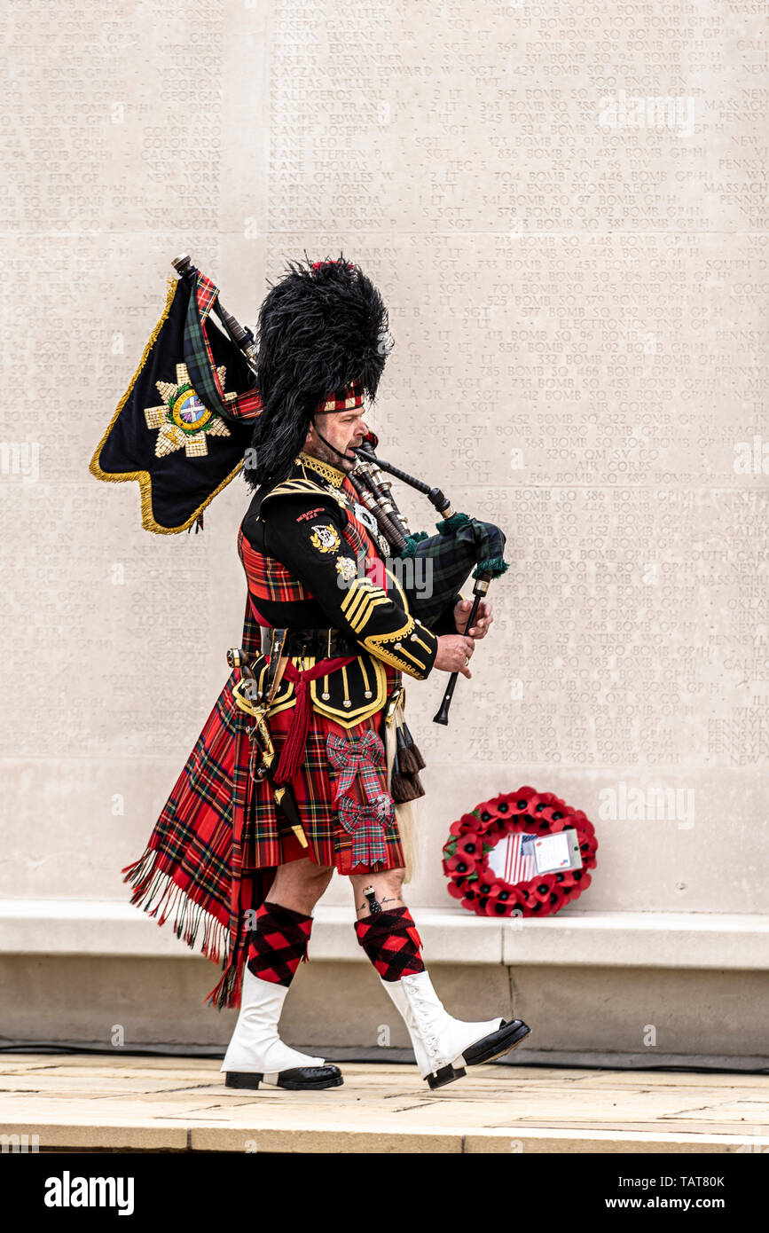 The Black Watch piper passing Wall of the Missing US Memorial Day remembrance event at Cambridge American Cemetery and Memorial, Cambridgeshire, UK. - Stock Image