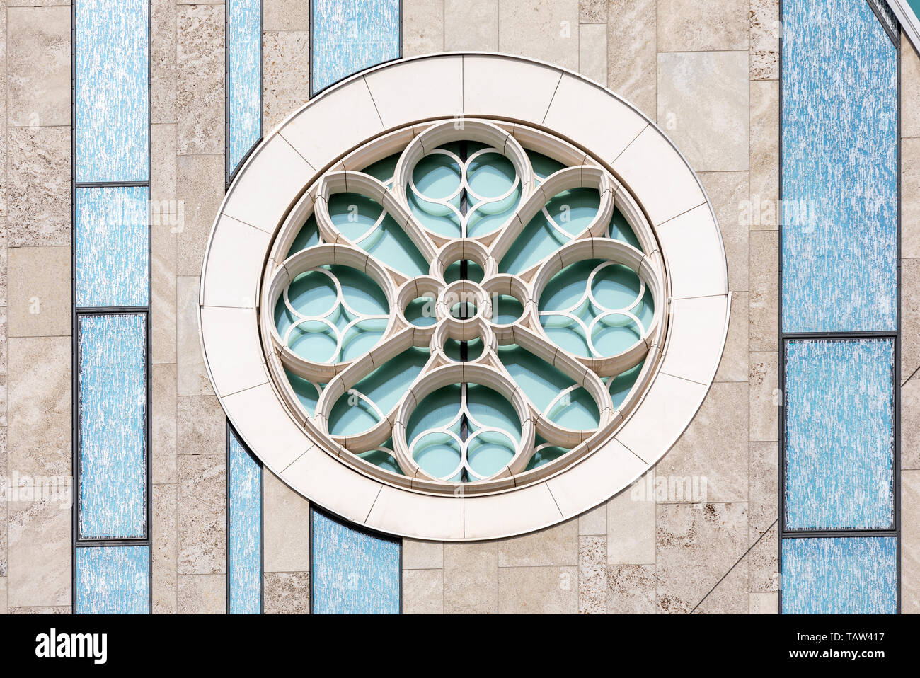 Leipzig, Germany. 08th May, 2019. The rosette of the pallium of the Leipzig University, taken on 08.05.2019. The historic Paulinerkirche/Universitaetskirche, of which this part of the new building is reminiscent, was blown up in GDR times in 1968 and had to give way to the then new building of the Karl-Marx-Universitaet. Credit: Thomas Schulze/dpa-Zentralbild/ZB/dpa/Alamy Live News - Stock Image