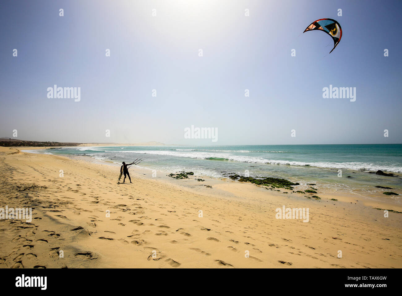 20.02.2019, Sal Rei, Boa Vista, Cape Verde Islands - Praia de Chaves, kitesurfer on the sandy beach. 00X190220D017CAROEX.JPG [MODEL RELEASE: NO, PROPE Stock Photo