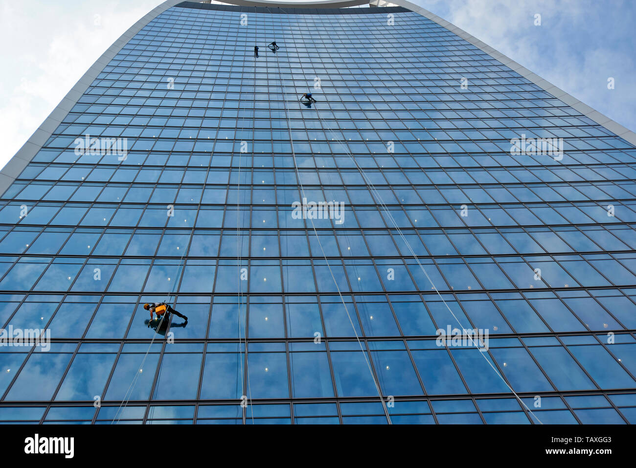 LONDON 20 FENCHURCH STREET THE WALKIE TALKIE SKYSCRAPER MEN ABSEILING AND CLEANING THE WINDOWS Stock Photo
