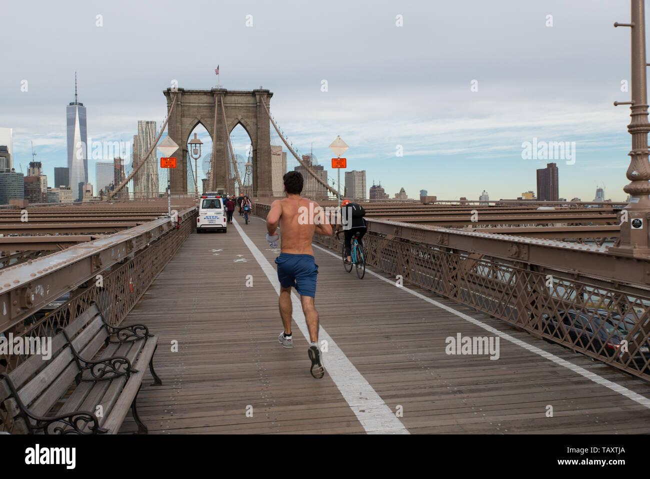 Rüttler auf Brooklyn-Brücke, New York City, USA. / Joggers on Brooklyn bridge, New York City, USA. / Joggeur sur le pont de Brooklyn, New York, USA. - Stock Image