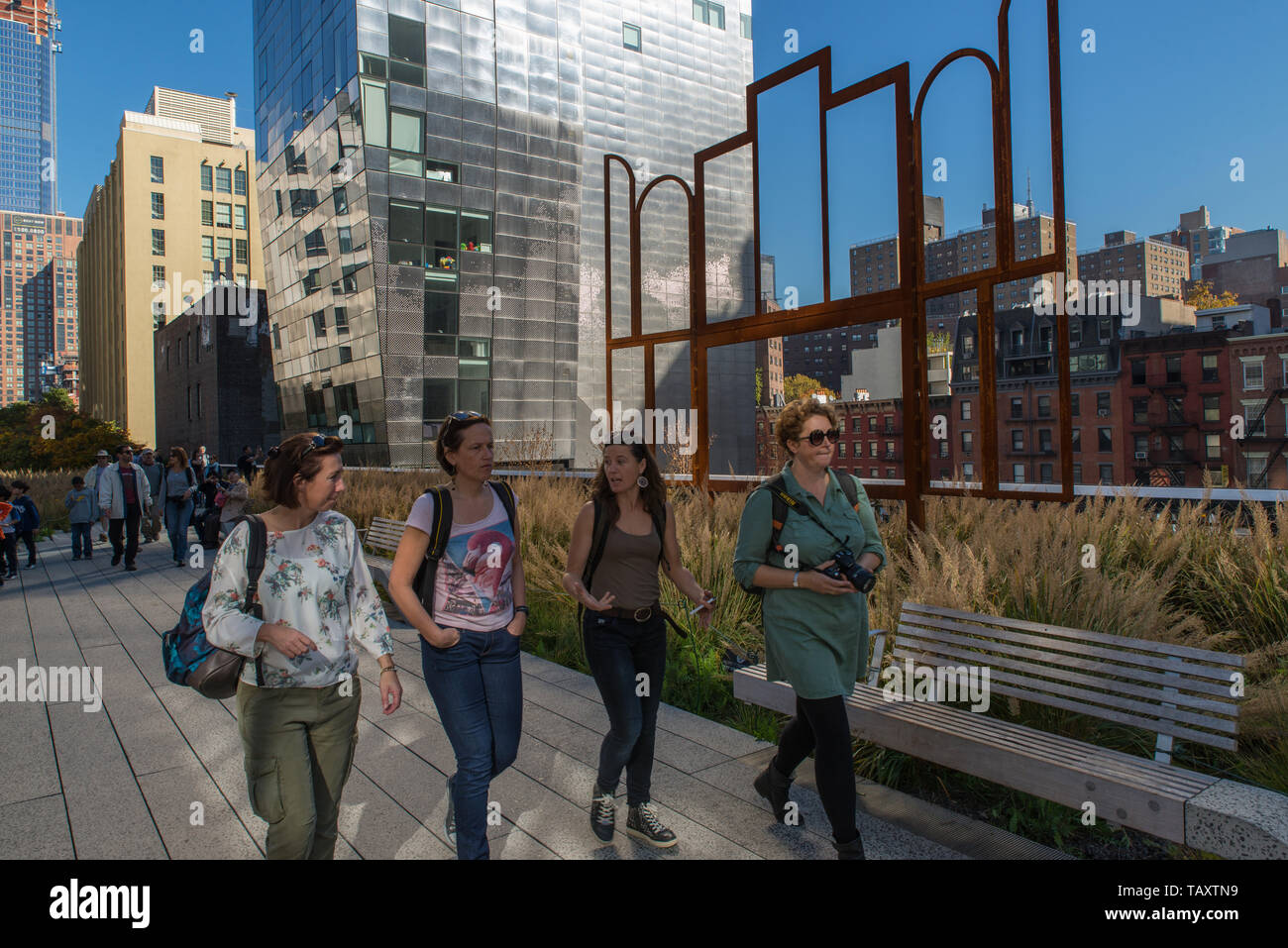 A group of women on the high line pass in front of 'Altar' a sculpture by artist Kris Martin (b.1972 in Belgium) - Stock Image