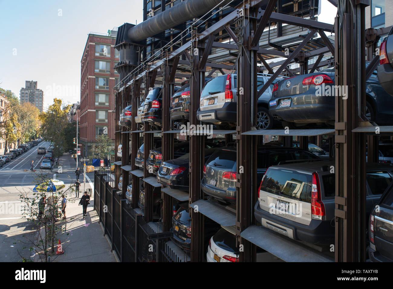Autos in einem mehrstufigen Parkplatz in Lower Manhattan