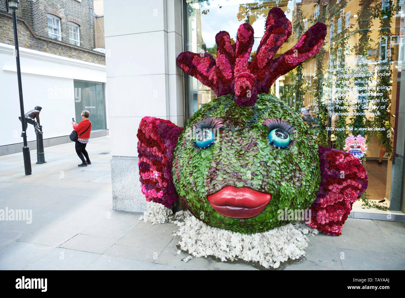 "Chelsea in Bloom - ""Pretty Fish"" floral sculpture, florist Larry Walshe - London, UK. - Stock Image"