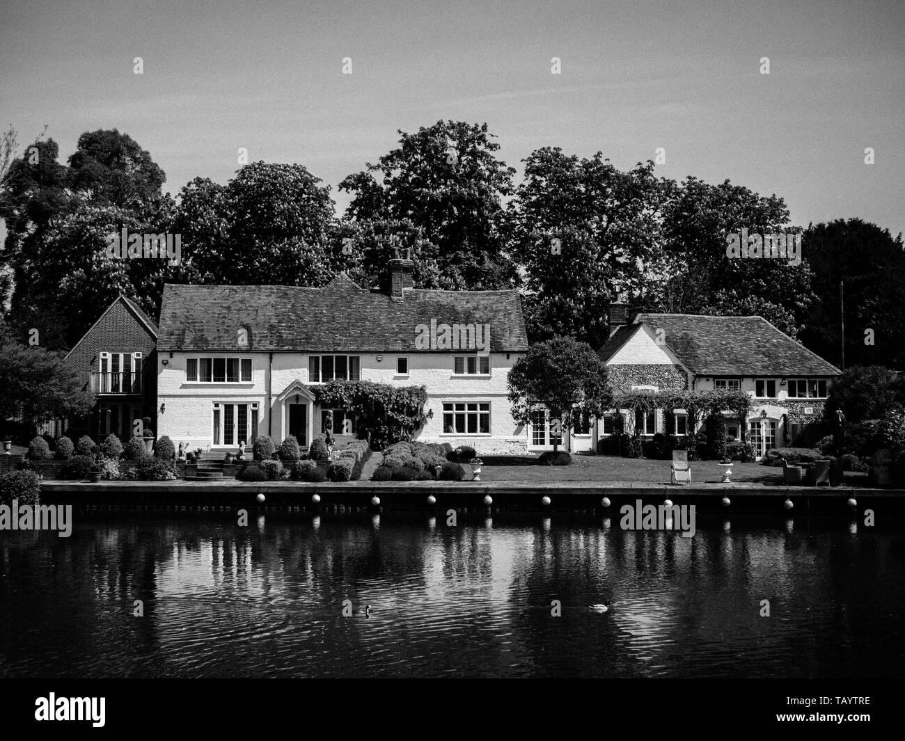 Lovely Landscape, Riverside Houses, Mill End, River Thames, Buckinghamshire, England, UK, GB. - Stock Image