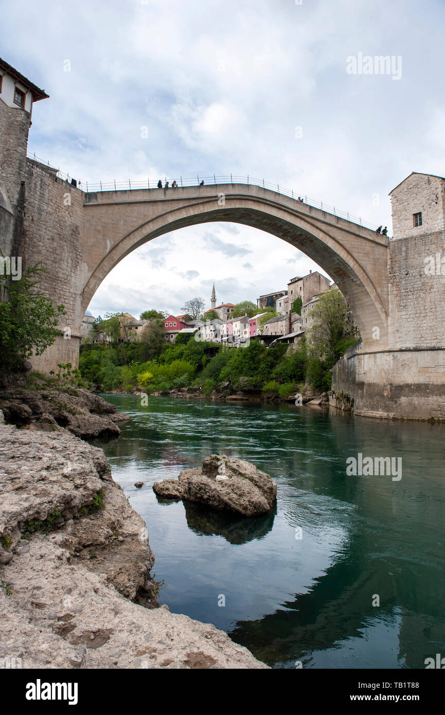 Stari Most, a reconstructed 16th century high browed bridge in the Bosnian town of Mostar that was destroyed by Croatian bombs in the 1993 Croat-Bosni - Stock Image