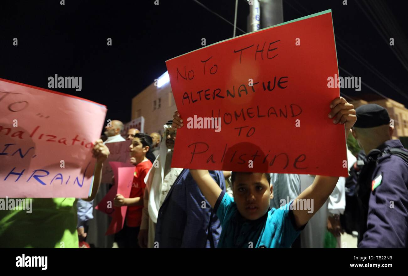 Amman, Jordan. 28th May, 2019. Jordanians protest against the U.S. president's senior advisor Jared Kushner's visit with slogans showing rejections to the U.S. policies on the Palestinian issue near the U.S. embassy in Amman, Jordan, May 28, 2019. U.S. President Donald Trump's senior advisor Jared Kushner and other U.S. officials were on a Middle East tour to drum up support for a U.S. peace plan, local Ammon News Agency in Jordan reported on Tuesday. Credit: Mohammad Abu Ghosh/Xinhua/Alamy Live News - Stock Image